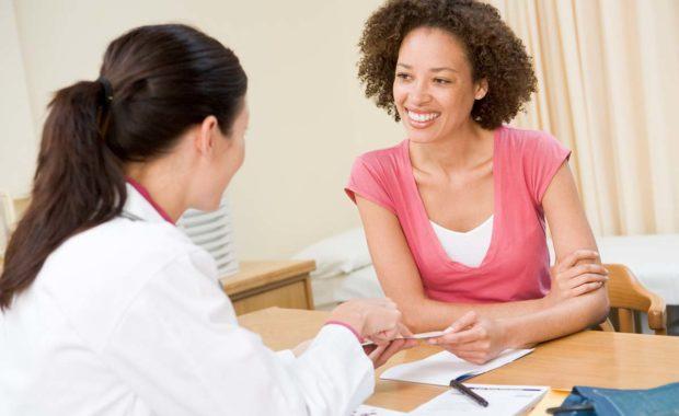 aerztin spricht mit patientin
